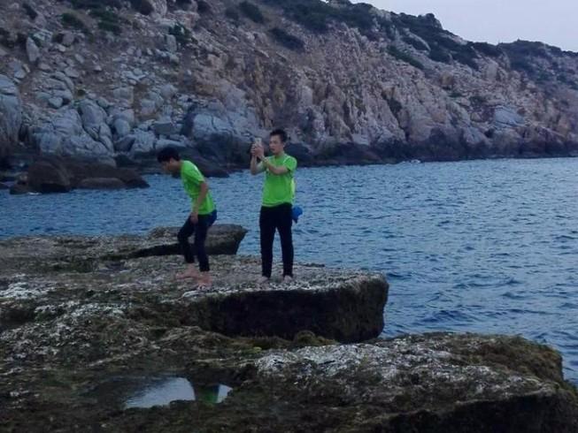 Du khách chụp ảnh ở ghềnh đá bị rơi xuống biển mất tích