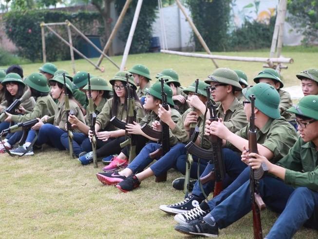 Học sinh lớp 12 được học sử dụng súng tiểu liên AK
