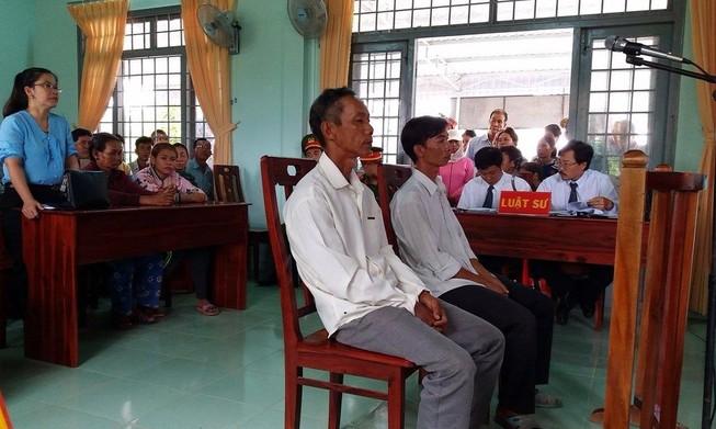 Đề nghị miễn hình phạt 2 nông dân nhận hối lộ