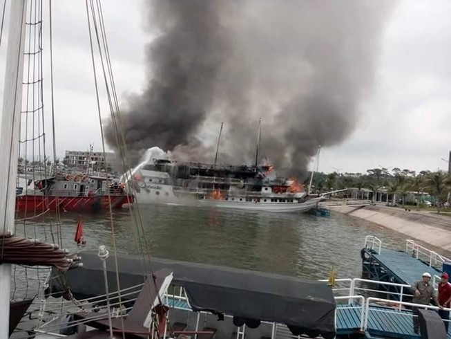 Du thuyền hạng sang bốc cháy, hành khách hoảng loạn lao xuống biển