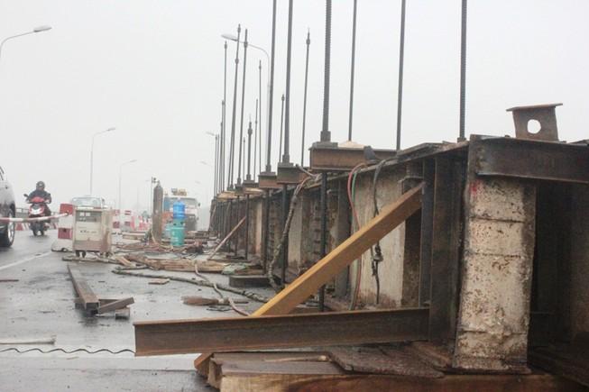 Cấm tất cả phương tiện lưu thông khu vực cầu bị đâm sập