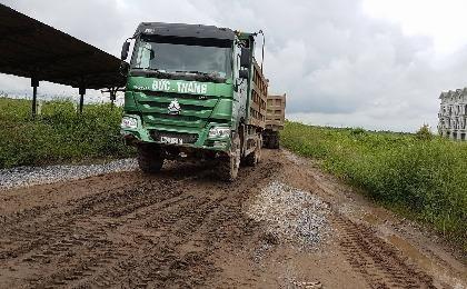 Bắt quả tang đoàn xe tải chở đất thải vào khu dự án nhà ở