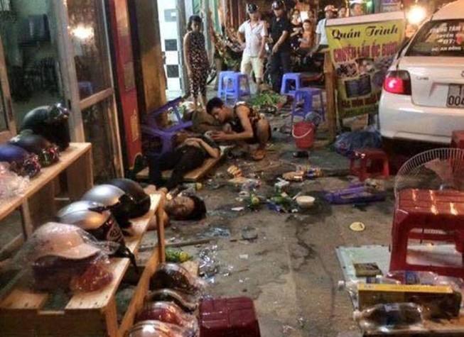 Ô tô lao vào quán ăn đêm, người bị thương nằm la liệt