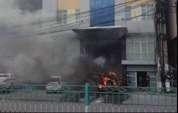 Ô tô bỗng dưng cháy ngùn ngụt trước cổng công an phường