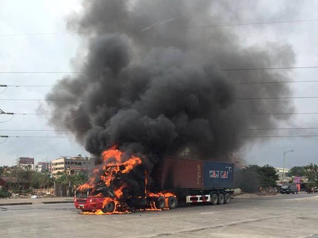 Đầu kéo container cháy ngùn ngụt khi lưu thông
