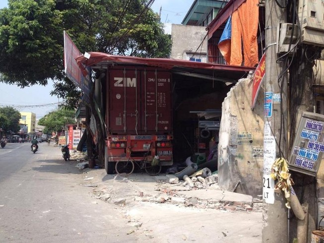 Container mất lái đâm xuyên 4 nhà dân