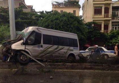 Xe khách đâm giải phân cách, 1 người chết, 7 bị thương nặng