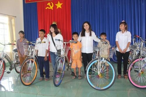 """""""Vòng tay yêu thương"""" đến với trẻ em nghèo Bình Phước"""