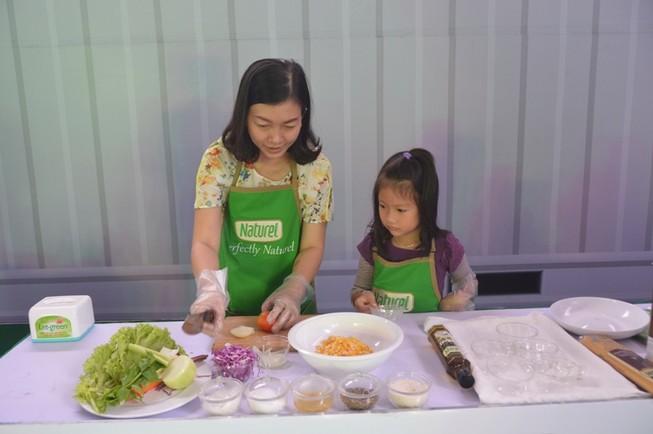 Trổ tài 'Chế biến salad cùng Naturel'