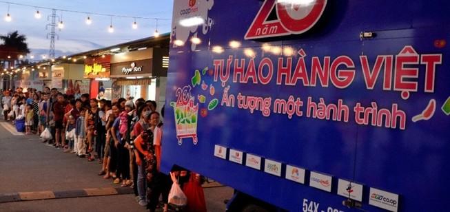 Dân Việt ùn ùn xếp hàng dài ủng hộ hàng Việt