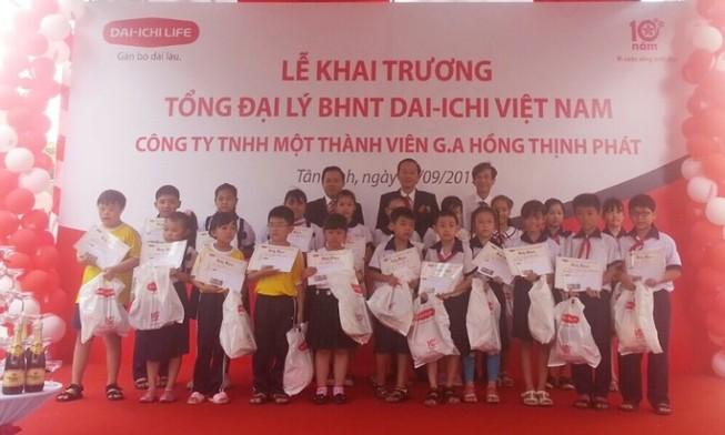 Dai-ichi trao 20 học bổng cho học sinh Tân Bình, TP.HCM
