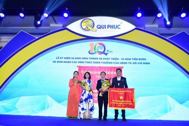 Qui Phúc nhận cờ, bằng khen của UBND TP.HCM