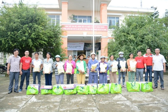 Lotte Mart: 600 phần quà trao cho người dân vùng bão