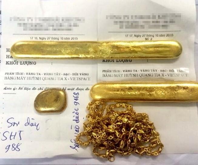 """Một số miếng vàng """"rởm"""" đã qua mặt được các chủ cửa hàng vàng bạc."""