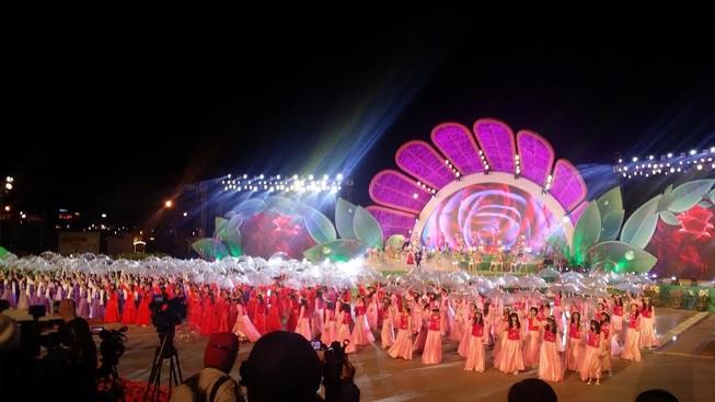 Hàng chục ngàn người đổ về Đà Lạt thưởng thức 'tiệc hoa'