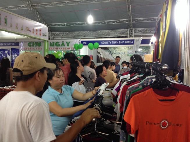 Sôi động mua sắm tại hội chợ tết dùng hàng Việt