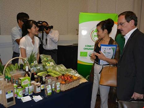 Một số doanh nghiệp Việt thừa nhận khi đặt bút ký hợp đồng với đối tác chỉ dựa trên uy tín là chính. Trong ảnh: Đối tác nước ngoài đang tìm hiểu hàng Việt. Ảnh: QUANG HUY