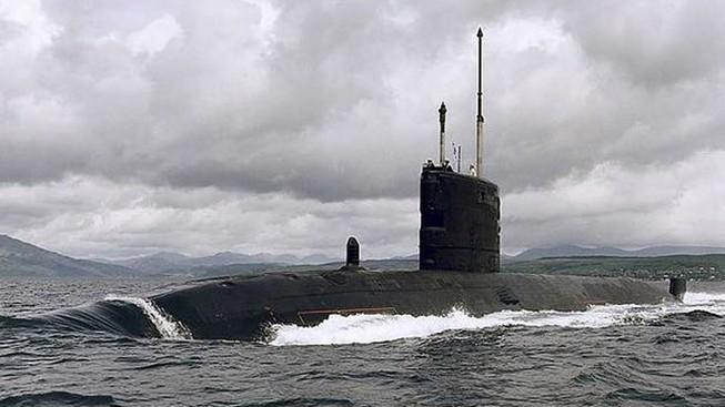 Tàu ngầm Anh đâm vào băng khi theo dõi tàu Nga