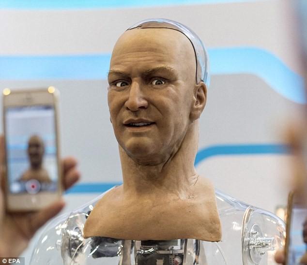 Bất ngờ với robot giống y hệt người thật