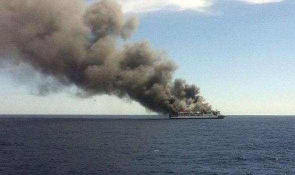 Phà chở 170 người bất ngờ bốc cháy
