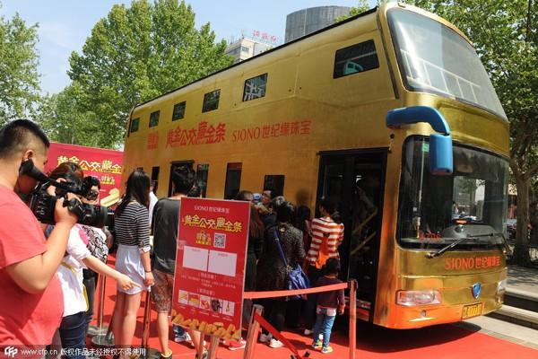 Nhìn ngắm xe buýt bằng vàng hơn 17 tỷ đồng