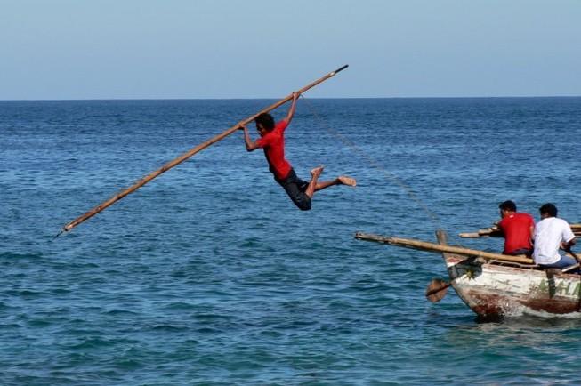 Cận cảnh săn cá voi truyền thống: Nguy hiểm như phim