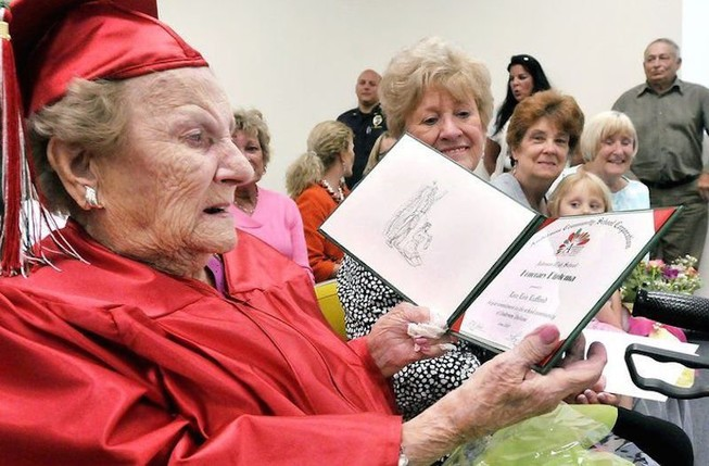 Nhận bằng tốt nghiệp phổ thông khi bước sang 100 tuổi