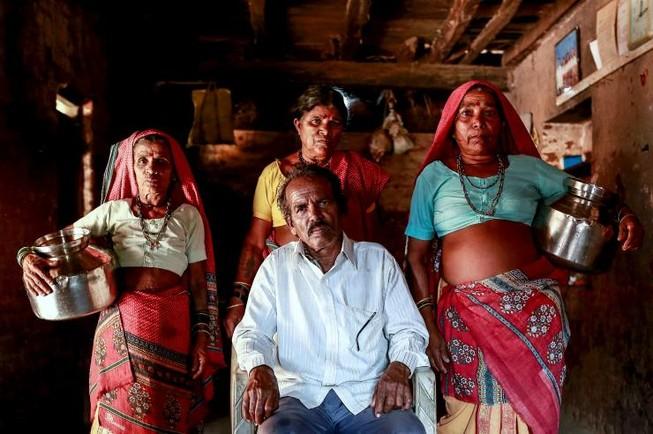 Cưới nhiều vợ để...có người gánh nước cho gia đình