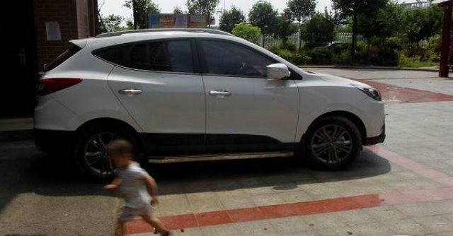 Bị ba mẹ bỏ quên trong xe hơi, bé 6 tuổi chết thương tâm