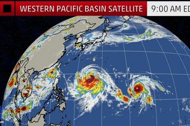 Kinh hoàng hình ảnh 3 cơn bão đang cùng lúc đổ bộ vào châu Á