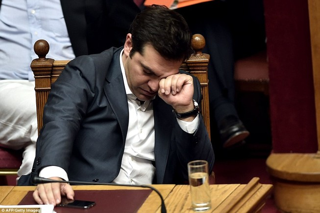 Thủ tướng Hy Lạp gặp khó, dân Athens tấn công quốc hội