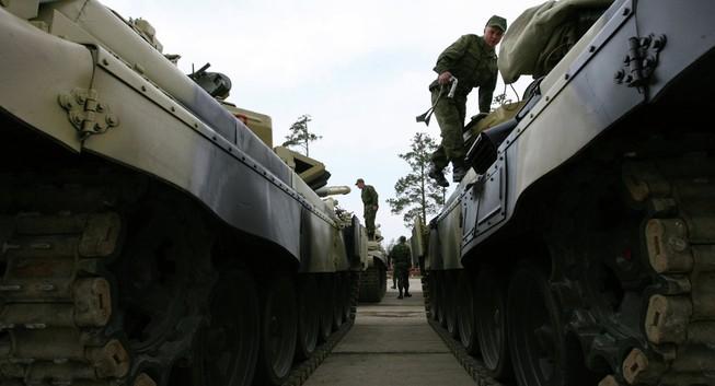 Nga: Hơn 900 binh sĩ lái xe tăng tập trận về đêm
