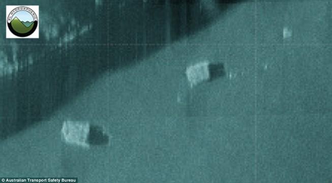 Phát hiện hai khối hộp dưới đáy biển nghi của MH370