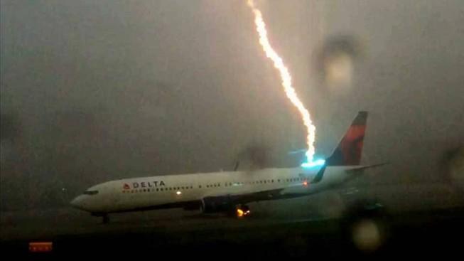 Clip máy bay bị sét đánh tại sân bay