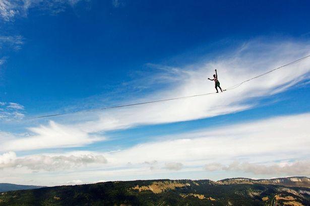 Rùng mình trước pha mạo hiểm đi trên dây ở độ cao 100 m