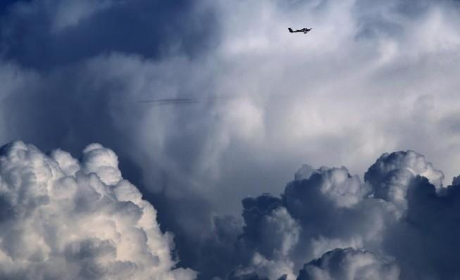 Tìm kiếm máy bay chở 7 người mất tích