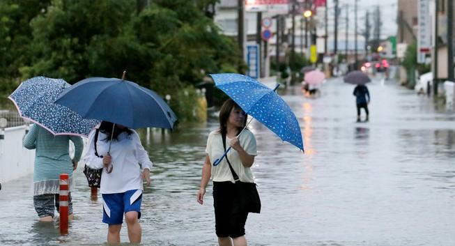 320.000 người sơ tán vì bão Etau