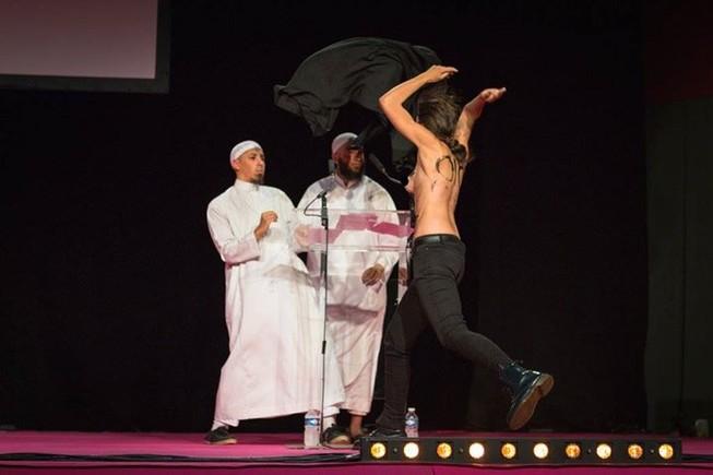 Hai cô gái ngực trần làm loạn buổi lễ Hồi giáo