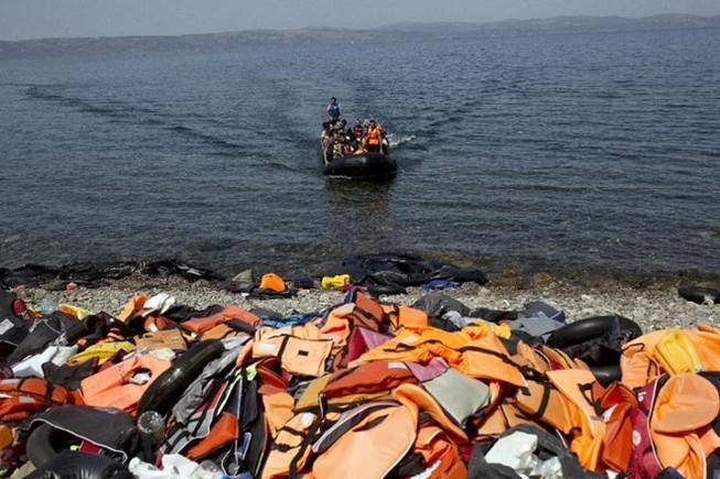 Bé gái 5 tuổi chết, 14 người mất tích vì chìm tàu di cư