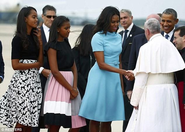 Phu nhân Obama diện váy đắt tiền đi gặp Đức giáo hoàng Francis