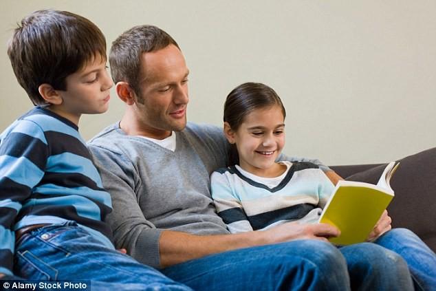 Bất ngờ về lợi ích việc bố kể chuyện cho con nghe