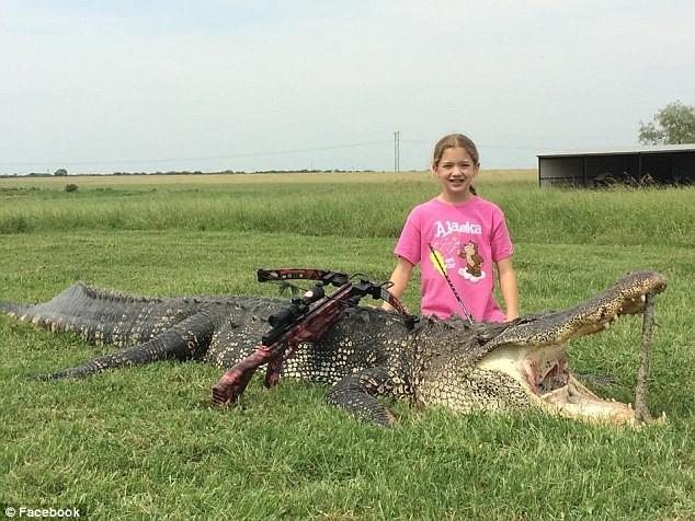 Bé gái 10 tuổi giết chết cá sấu 365 kg chỉ với một phát tên