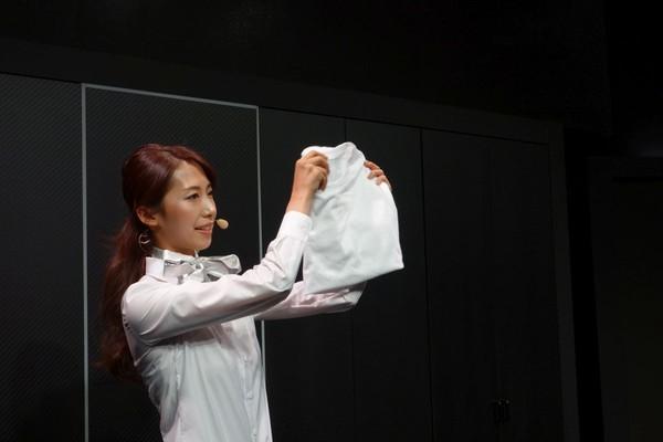 Nhật Bản: Robot có thể gấp quần áo