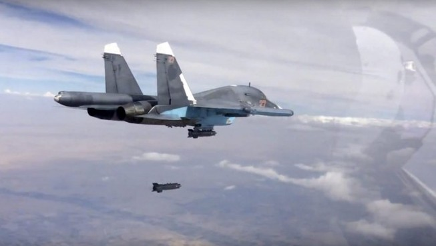 Video: Máy bay hạ cánh xuống đường bằng... dù