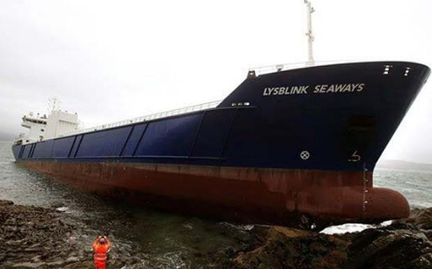 Thủy thủ Nga uống say lái tàu 7.000 tấn đâm vào đá