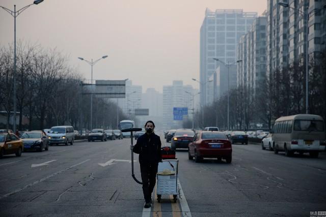 Bắc Kinh lần đầu phát báo động đỏ vì ô nhiễm nặng