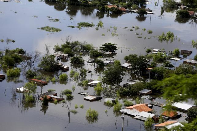 Nam Mỹ: Hơn 100.000 người lũ lượt kéo nhau tránh lũ lớn