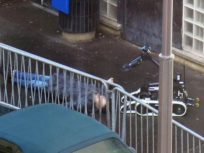 Tìm thấy 'lá cờ IS' trên người kẻ tấn công đồn cảnh sát Pháp