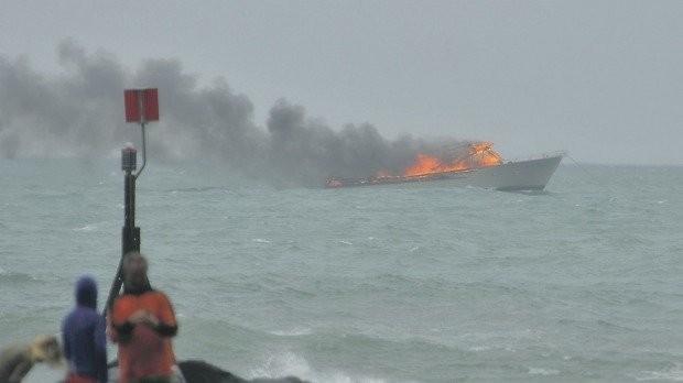 Tàu du lịch bốc cháy dữ dội, hành khách nhảy xuống biển