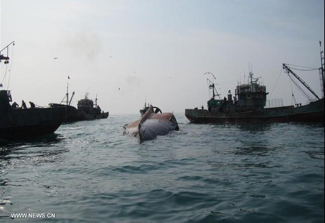 Tàu cá Trung Quốc lật, bốn người mất tích